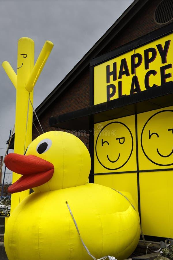Reuze opblaasbare mens en gele rubber ducky op Gelukkige pop Plaats royalty-vrije stock afbeelding