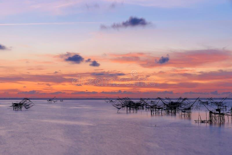 Reuze vierkante dipnets voor het opsluiten van vissen en mooie hemel stock foto
