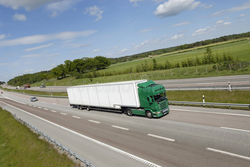 Reuze vrachtwagen op weg stock afbeelding