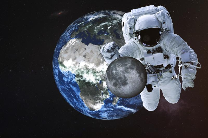 Reuzeastronaut dichtbij Aardeplaneet met Maan stock afbeelding