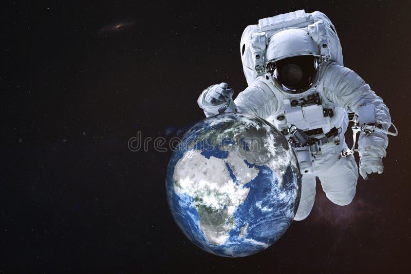 Reuzeastronaut dichtbij de Aardeplaneet stock fotografie