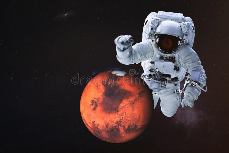 Reuzeastronaut dichtbij de planeet van Mars royalty-vrije stock fotografie