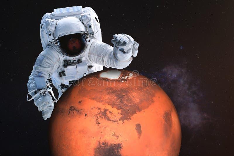 Reuzeastronaut dichtbij de planeet van Mars stock foto's
