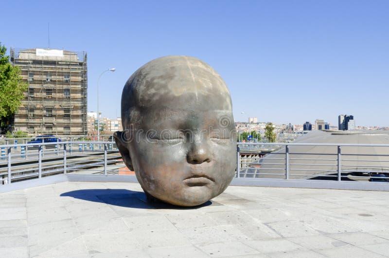Reuzebaby hoofdbeeldhouwwerk in Atocha Madrid Spanje stock foto