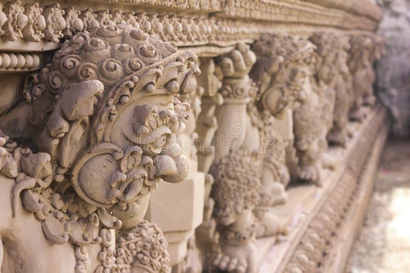 Reuzebeeldhouwwerk buiten de tempel stock afbeeldingen