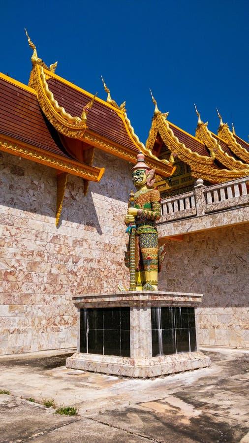 Reuzediestandbeelden in literatuur in diverse tempels in Thailand wordt geplaatst stock afbeeldingen