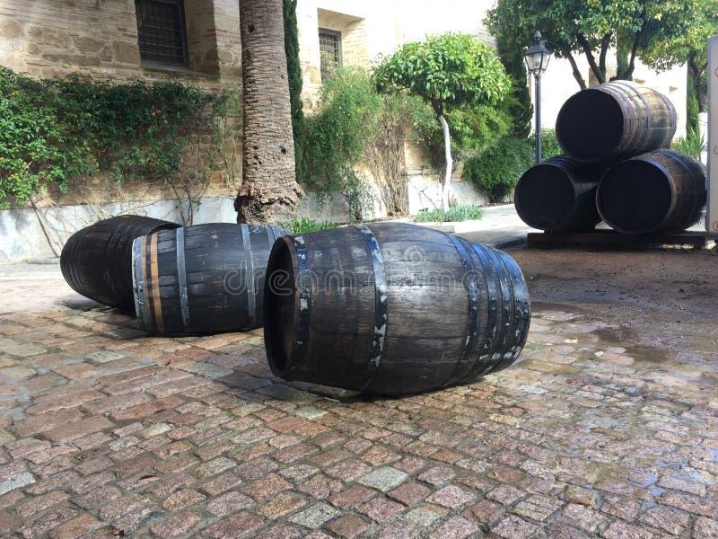 Reuzediewhiskyvaten worden gestapeld boven op royalty-vrije stock afbeelding