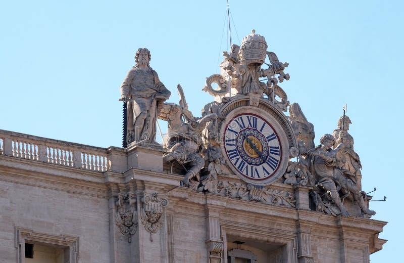 Reuzeklokken op de Pauselijke Basiliek van St Peter in Vatikaan stock afbeelding