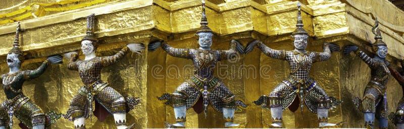 Reuzelift de basis van de pagode in Wat Phra Kaew of naam officieel als Wat Phra Si Rattana Satsadaram royalty-vrije stock foto's