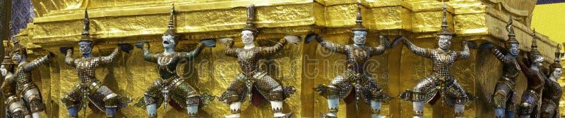 Reuzelift de basis van de pagode in Wat Phra Kaew of naam officieel als Wat Phra Si Rattana Satsadaram royalty-vrije stock afbeeldingen