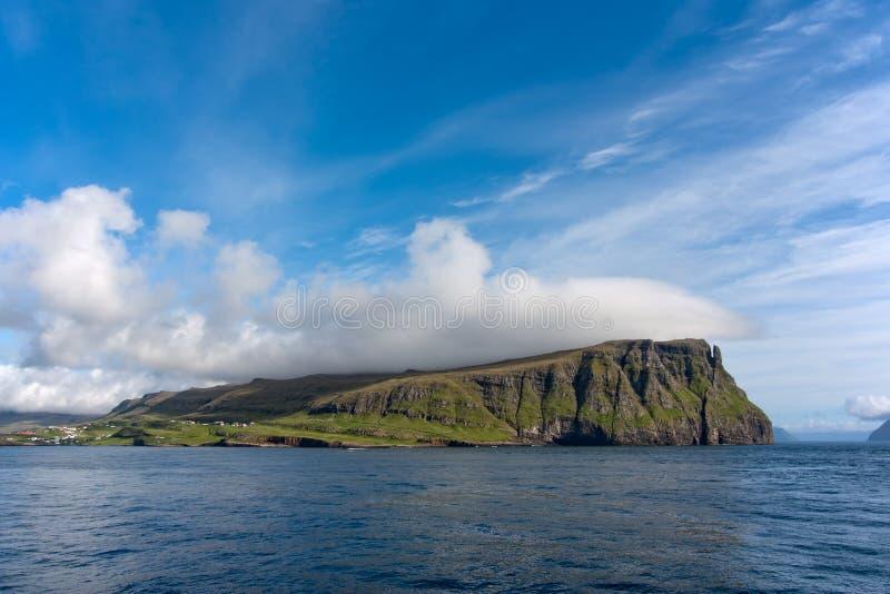 Reuzen rotsachtige overzeese klippen van de Faeröer royalty-vrije stock foto's