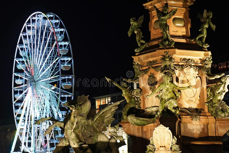 Reuzenrad in Augustus Square in Leipzig bij nacht stock fotografie