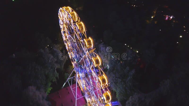 Reuzenrad in een stadspark bij nacht klem Hoogste mening van het gloeiende Reuzenrad bij nacht stock foto's