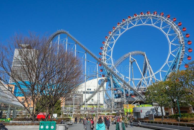 Reuzenrad en achtbaan bij het Pretpark van de de Koepelstad van Tokyo stock afbeelding