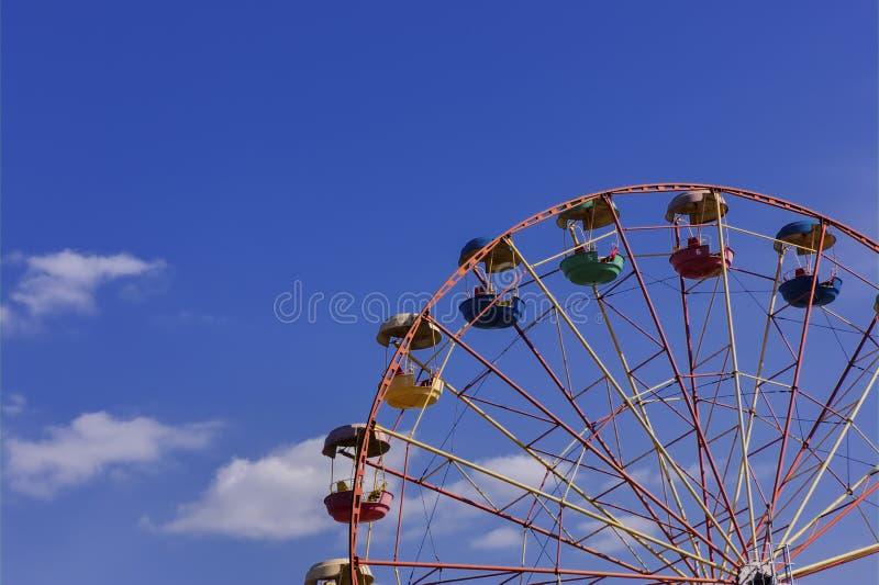 Reuzenrad in het park tegen blauwe hemel stock afbeeldingen