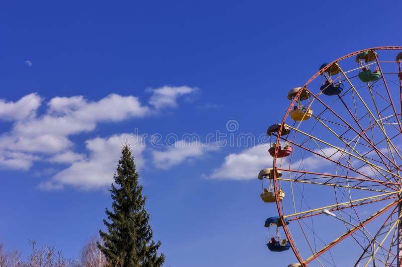 Reuzenrad in het park tegen blauwe hemel stock foto