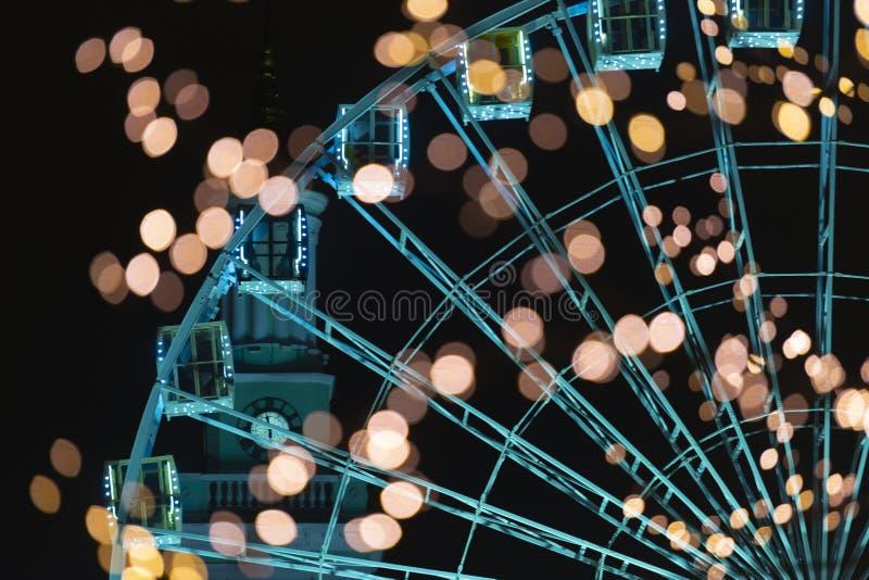 Reuzenrad met cabines en de lichten van de nachtstad stock afbeeldingen