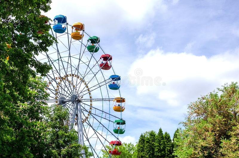 Reuzenrad op de achtergrond van blauwe hemel royalty-vrije stock afbeeldingen