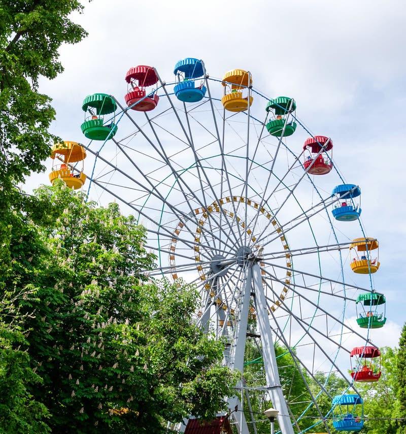 Reuzenrad op de achtergrond van blauwe hemel royalty-vrije stock afbeelding