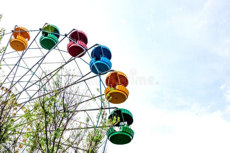 Reuzenrad op de blauwe hemelachtergrond stock foto