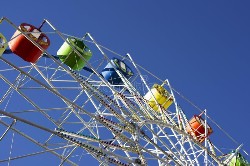 Reuzenrad op een achtergrond van blauwe hemel in het park stock fotografie