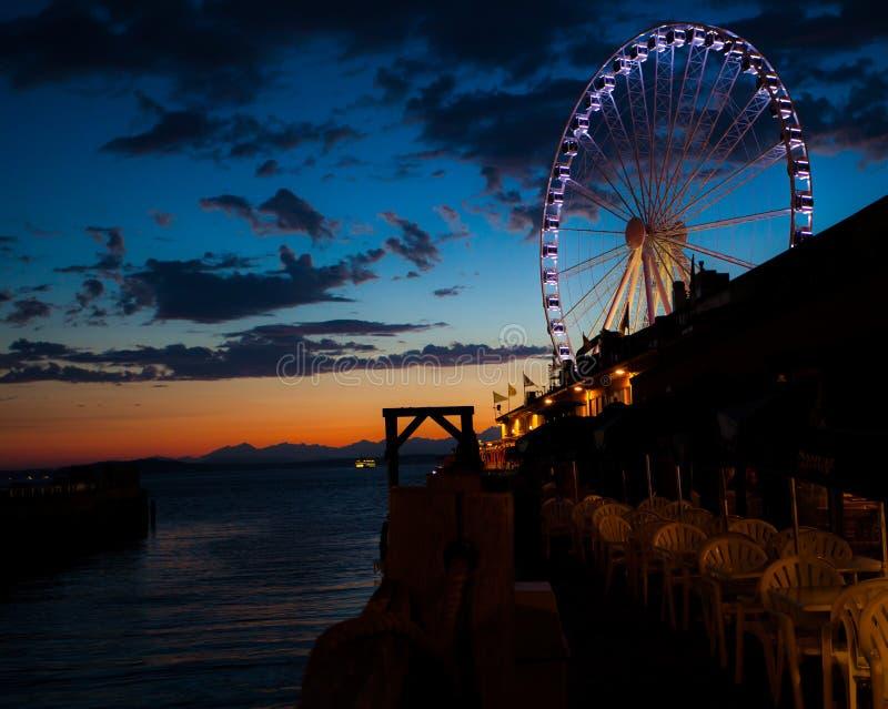 Reuzenrad op het water bij zonsondergang royalty-vrije stock fotografie