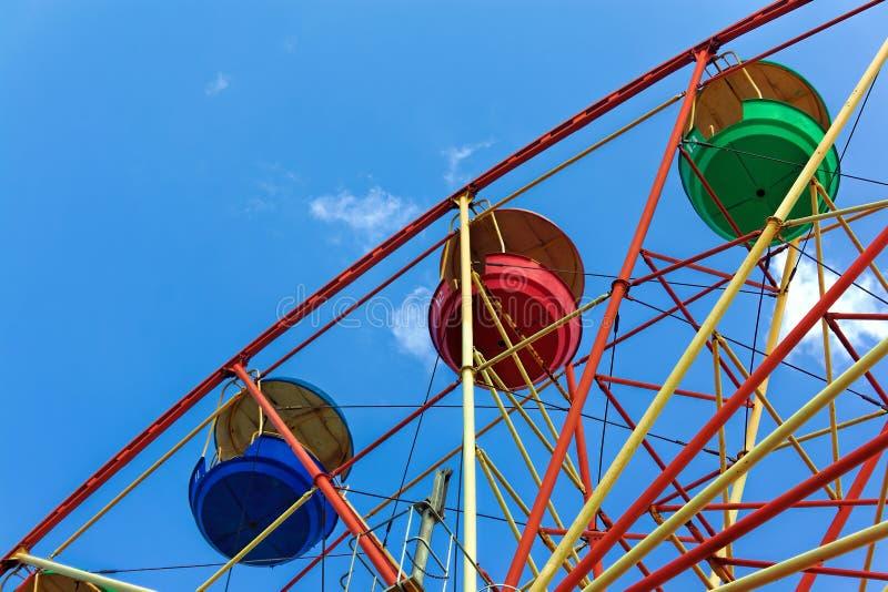 Reuzenrad tegen de blauwe hemel royalty-vrije stock afbeeldingen