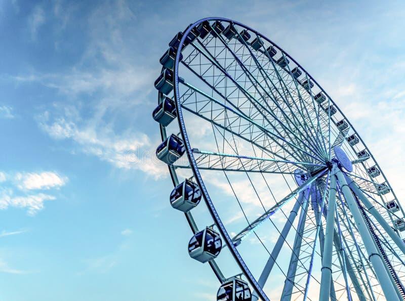 Reuzenrad tegen de hemel Ferris Wheel royalty-vrije stock foto