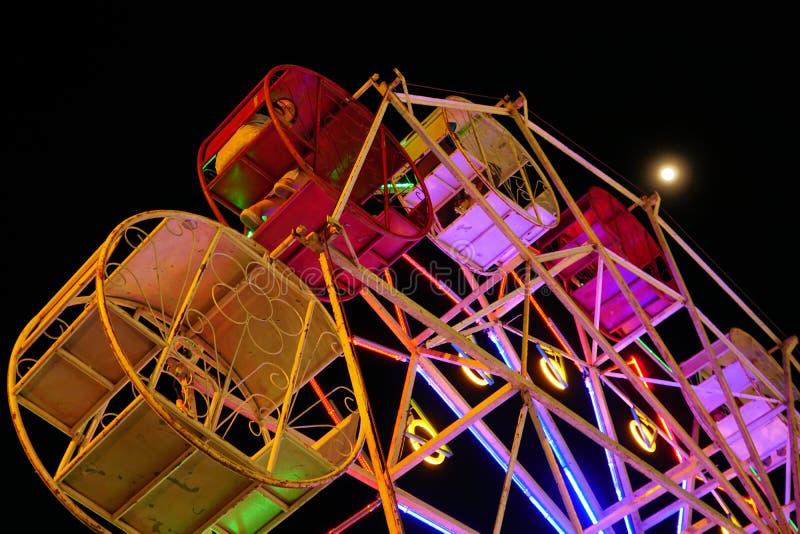 Reuzenraddraai rond in Carnaval bij fullmoonnacht stock foto's