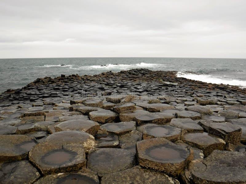 Reuzenverhoogde weg in Noord-Ierland royalty-vrije stock afbeeldingen