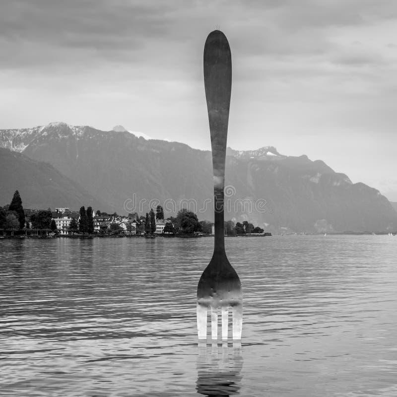 Reuzestaalvork in water van het meer van Genève, Vevey, Zwitserland royalty-vrije stock afbeelding