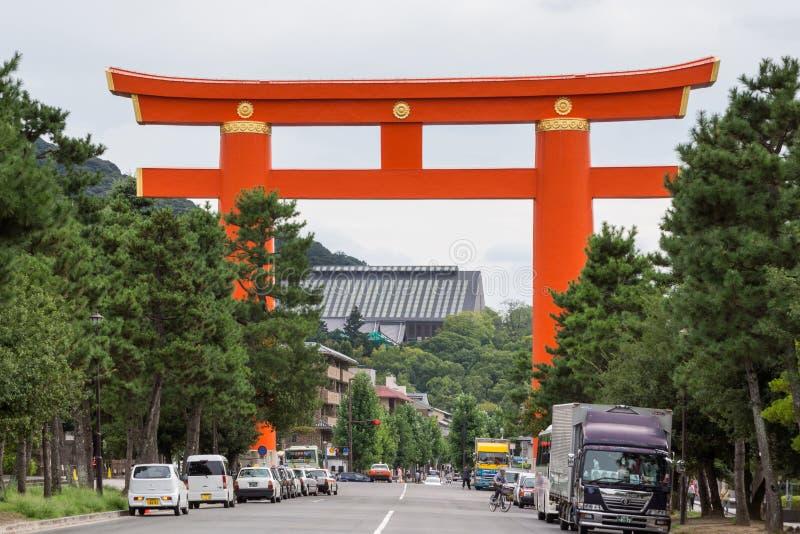 Reuzevermiljoenen Torii op de straat die tot Heian-Heiligdom leiden stock foto