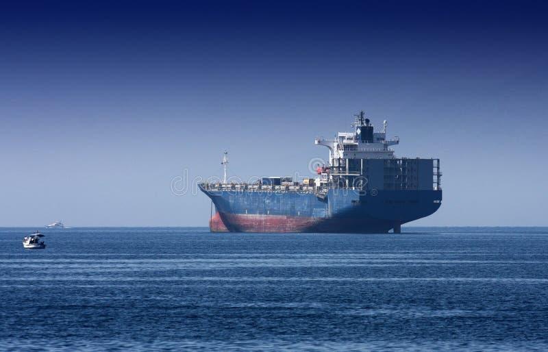 Reuzevrachtschip op het overzees stock afbeeldingen
