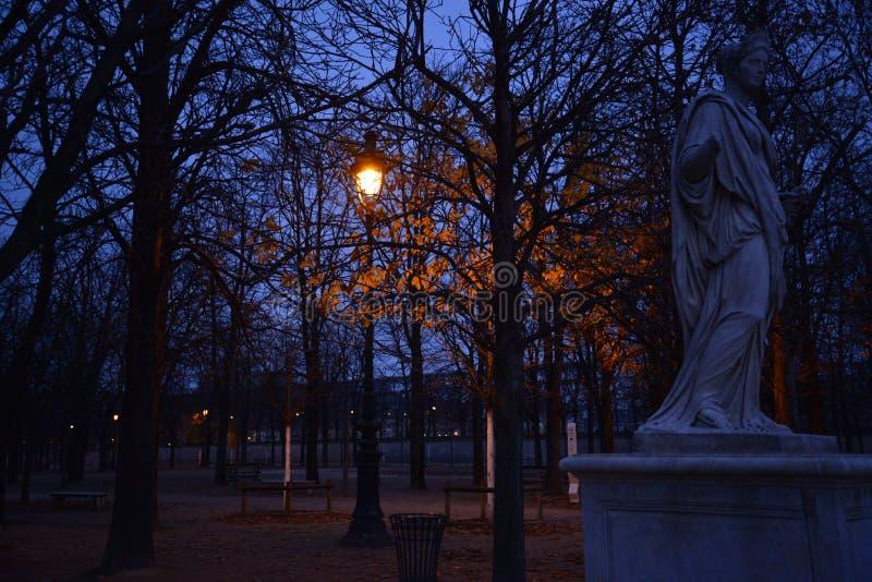 Revérbero de Paris com estátua imagens de stock royalty free