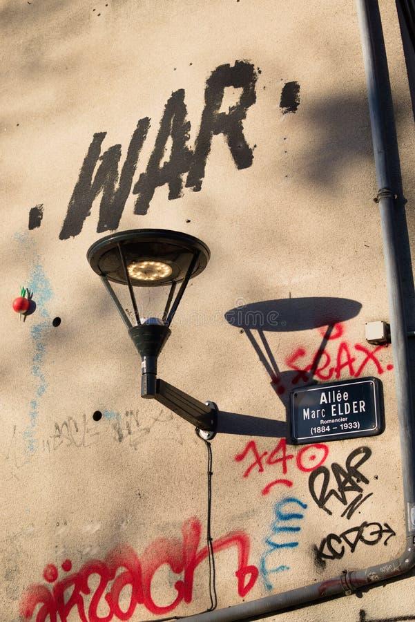 Revérbero francês com guerra dos grafittis fotografia de stock