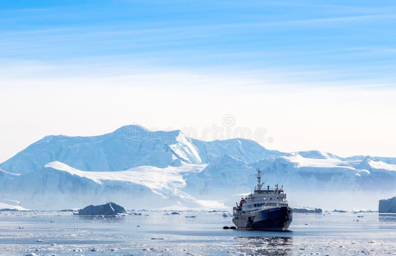 Revêtement antarctique touristique de croisière dérivant dans la lagune photos libres de droits