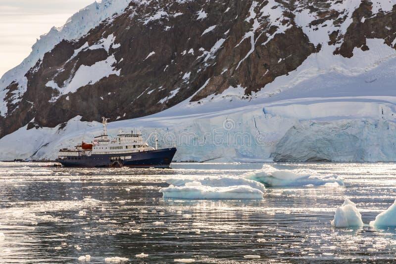 Revêtement antarctique touristique de croisière dérivant dans la lagune parmi le Th photos libres de droits