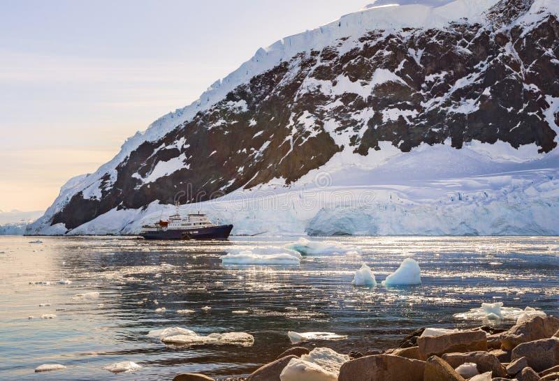 Revêtement antarctique touristique de croisière dérivant dans la lagune parmi le Th photographie stock