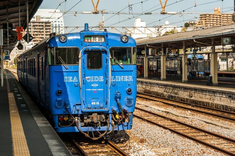 'Revêtement de bord de la mer' attendant à la station de Nagasaki photos stock