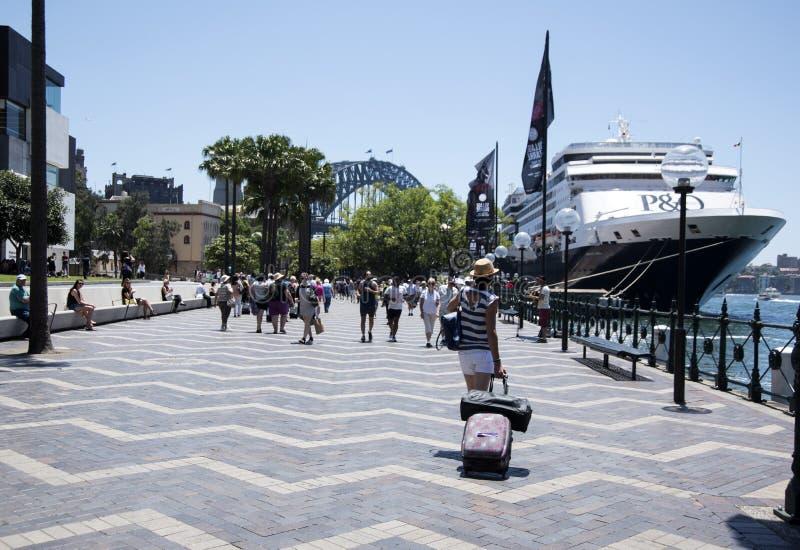 Revêtement de croisière accouplé près de Sydney Harbour Bridge photos libres de droits