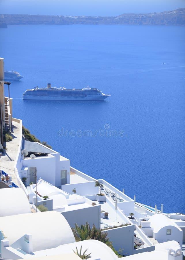 Revêtement de croisière par l'île de Santorini photo stock
