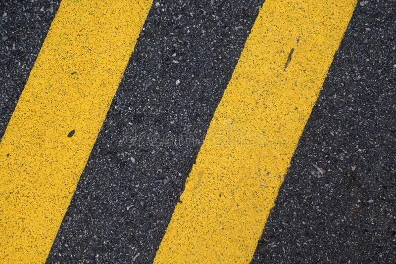 Revêtement de la chaussée noir avec la ligne jaune photo stock