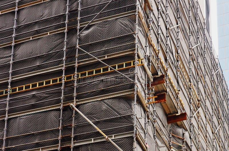 Revêtement foncé sur l'échafaudage de chantier de construction images libres de droits