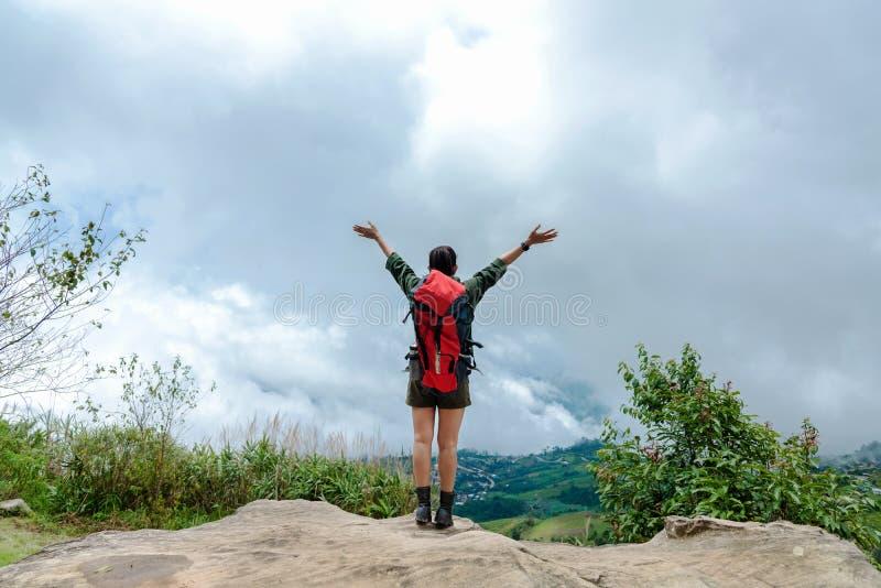 Revêtement victorieux de bon et fort poids de liberté heureuse de sentiment de femme de randonneur sur la montagne naturelle photographie stock libre de droits