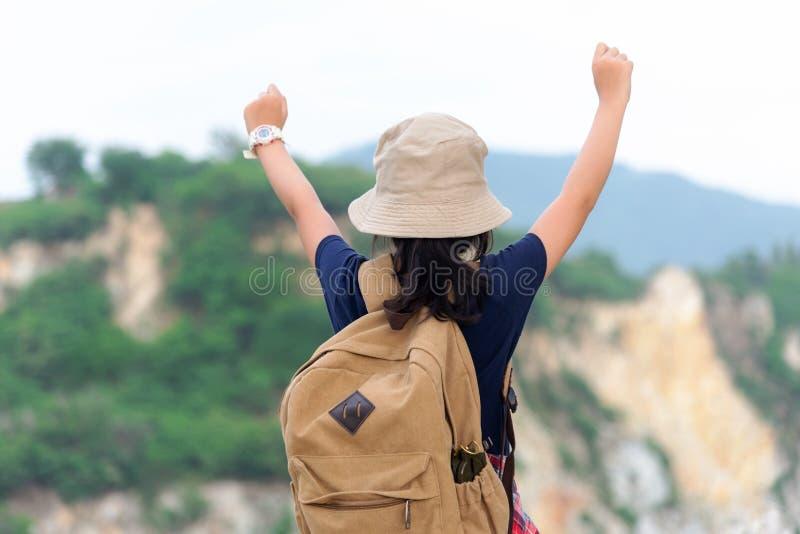 Revêtement victorieux de bon et fort poids de liberté se sentante heureuse d'enfants de fille de randonneur sur la montagne natur photo libre de droits