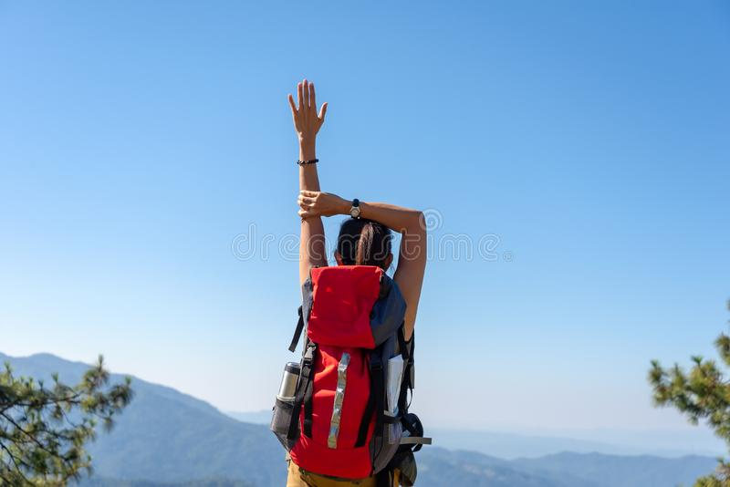 Revêtement victorieux de bon et fort poids de liberté se sentante heureuse de femme de mode de vie de randonneur sur la montagne  images libres de droits