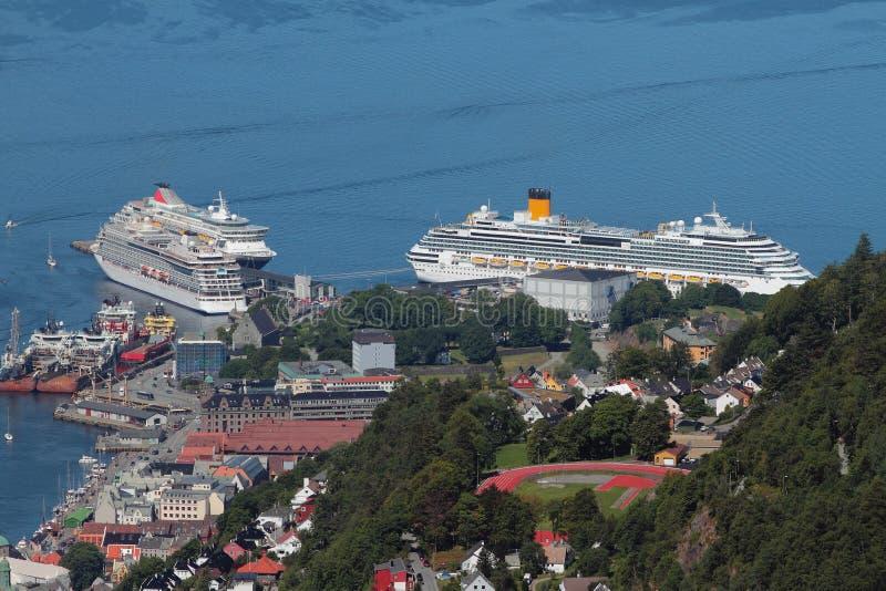 Revêtements de croisière dans le port Bergen, Norvège image libre de droits