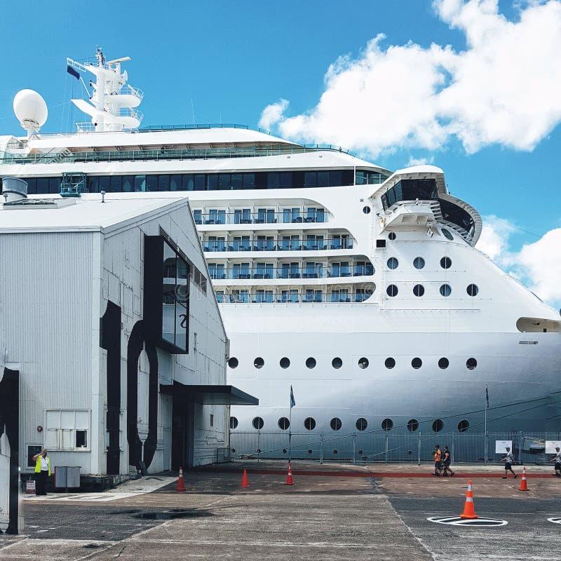 Revêtements Pacifiques blancs de croisière au dock dans le port d'Auckland image libre de droits