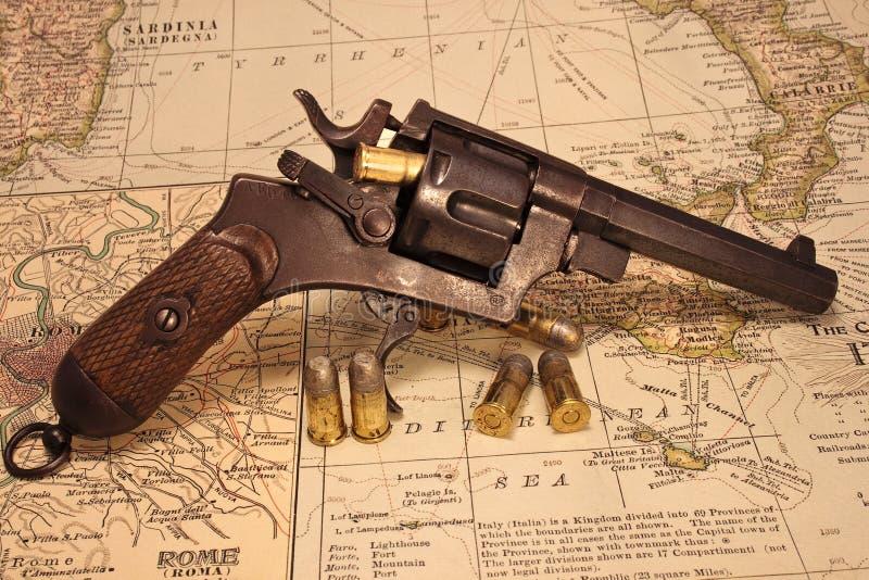 Revólver 1918 feito italiano com munição fotos de stock royalty free