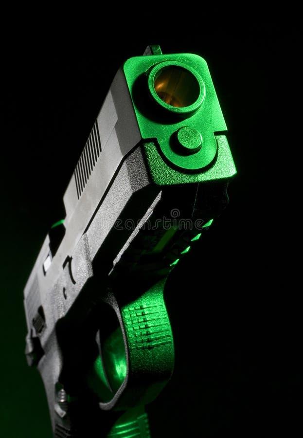 Revólver com gel verde foto de stock